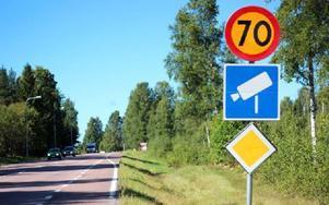 Under drygt ett dygn visade den här skylten i Djurmo 90 i stället för 70. Nu har den vänts rätt igen. Foto: Lisa Persson/DT