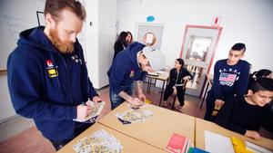 Landslagsspelarna i Tre Kronor besöker Ronnaskolan