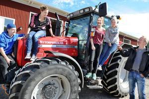 Nytorp i Arbrå har fått nya lantbrukselever igen – i Friskolan Nytorp. Pontus Ohlström, Moa Setterlind, Ida Bååth och Hanna Olsson är några av dem. Läraren Anders Schön har också gått på Nytorp.