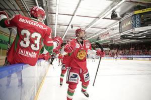 Emil Bejmo jublar efter sitt 4–1-mål. På torsdag kan Mora säkra SHL-platsen i Tegera Arena.