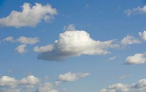 Lätta stackmoln på blå himmel.
