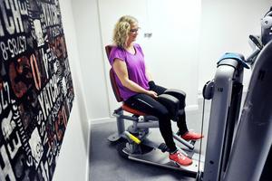 Anna kör med låga vikter. Men å andra sidan tränar hon i två timmar i sträck.