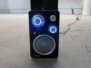 Ensam, jag? Trasig radio återupplivad med hemmagjord parabolantenn, under titeln