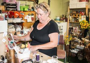 Cathy behövde mer utrymme i butiken så verkstaden flyttade hon till  gamla pannrummet bakom.