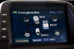 Bildtext 17: Energiflöde. På den stora bildskärmen syns växelverkan mellan bilens två drivkällor, el- och bensinmotor under färd.Foto: Tomas Hägg