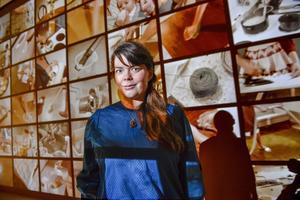 Konstnären Petra Hultman, som  tilldelades Beckers konstnärsstipendium för 2018, ställer ut sina verk på Färgfabriken i Stockholm.