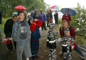 Paraply och regnkläder hjälpte en del, men helt torr var nog ingen av dem som besökte Y-festen i går.