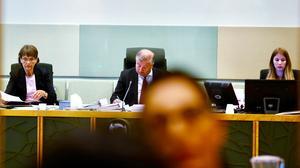 Rådman Hans-Åke Nygren med protokollförare och nämnd.