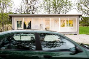 Från vägen är det bara ett par meter till det nya drive in galleriet i Gnarp.