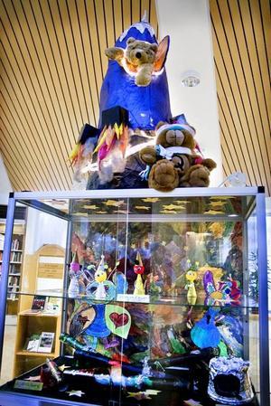 TEMA RYMDEN. Klassnallen Kosmos Q ville så gärna komma ut i rymden, så eleverna i grundsärskolan på Lillhagen bestämde sig för att bygga en rymdraket åt honom. Rymdfigurer, stjärnkikare, raketen och en fantasifull berättelse ingår i utställningen som på fredagen invigdes i Bomhus bibliotek.