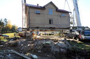 Huset lyftas och placeras därefter på en trailer. Färden kan börja.