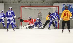 Martin Johansson (på knä) och målvakten Jesper Thimfors kämpar för att freda målet.