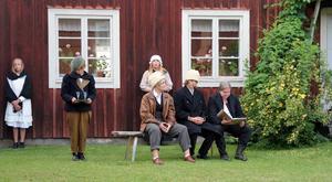 Björs-Anders (Ellinor Berggren) och fogden (Björn Winterberg) försöker lura gästgivaren Olof Persson (Sven Rönnqvisth) att sälja bort sin skog.