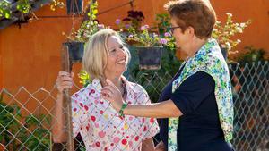 Tillsammans. Grannar kan hjälpas åt att tömma brevlådor och hålla koll på varandras hus.