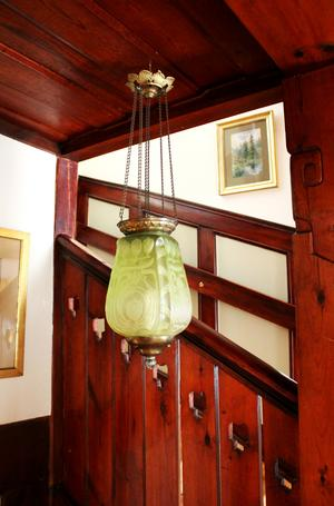 En av husets Månskenslampor. Marit älskar trappan, taket och de skurna pelarna.