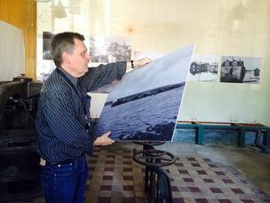 Per-Arne Johansson tycker att vattenkraftstationen är rätt miljö för översvämningsbilderna.