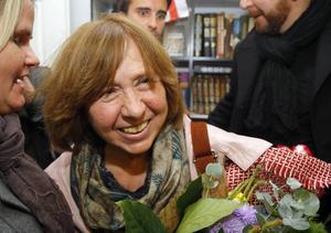 Svetlana Aleksijevitj gratuleras i Minsk. Nobelpriset kommer att föra ut hennes böcker i världen.