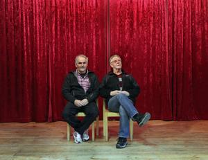 Förut var scenen vit, grå och tråkig. Kjell och Åke såg till att den blev draperad i rött och fick ett svart tak.