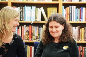 Böckerna med lokal anknytning i topp. Bibliotekarierna Helena Andersson och Anna-Kari Bäckvall vet vad länsborna vill ha med sig i sängen.