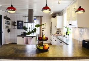Lamporna i köket påminner om gamla motorcykellampor.