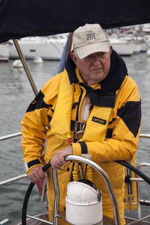 Nils Ingvar Lundin styr sin stora segelbåt ut ur hamnen Hyères.   Foto: Johan Öberg