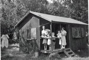 Fam. Gustav och Svea Rönnqvist med barnen i stugan på Björnön 1952.