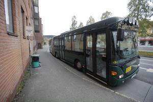 Många har undrat vad det är för omärkta bussar som stannar på hållplatserna i Östersund. Tomma