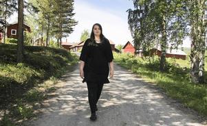 Noome Sundin i Arbrå visar i ett filmklipp på Facebook upp sin kropp och berättar om sina egna komplex.