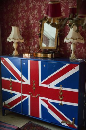 Anders gillar engelska flaggan, det här skåpet har han målat själv.