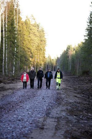 Birgitta Gunnarsson, skogsägare, Lars Eriksson, Swedbank, Joakim Hagelin, LRF, Hans-Erik Zackrisson, markägare, och Robert Hedlund kommer traskande på den nya vägen i skogen mellan Gästrike  Hammarby och Årsunda.