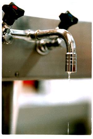 Om det finns vatten indraget i sommarhuset så stäng av huvudkranen och se till att det inte finns något vatten kvar i ledningarna. Vattnet kan göra att ledningarna fryser sönder.