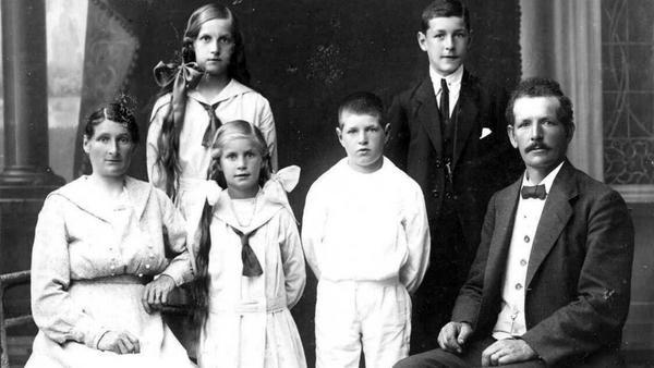 Möbelhandlarfamilj. Ludvig Pettersson med hustrun Anna och barnen Svea, Karin, Bengt och Göte.