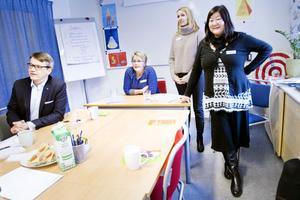 Carina Hallberg, Ragni Ramberg och Carola Jakobsson berättade om Barn- och familjehälsan för Göran Hägglund.