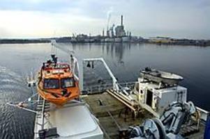 Foto: LEIF JÄDERBERG Yttre fjärden mäts. På torsdagen körde Ocean Surveyer mätlinjerna utanför Korsnäs. Den mindre båten används för mätning på grunt vatten och på däcket syns en del av de instrument som används för provtagning på bottnarna.