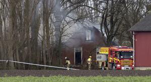En kvinna har dött och en person har förts till sjukhus efter en villabrand i Västra Klagstorp utanför Malmö.