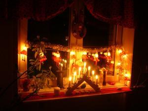 Stämningsfullt med ljus och tomtar i köket. Juletiden är den mysigaste på hela året :)