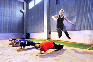 Frida Skogsberg hoppar över sina träningskompisar som gör