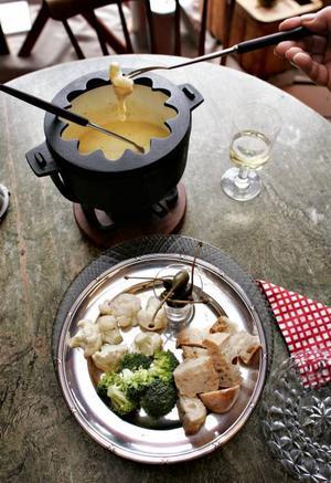 En ostfondue som på 70-talet med blomkål, broccoli, brödbitar och kapris att doppa. Ett enkelt och roligt sätt att äta och umgås.