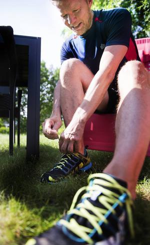 Löparskor knyts på, ofta springer Johan Renström barfota eller i fivefingersskor,