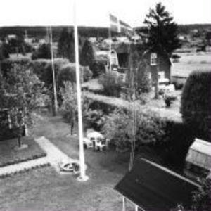 Sommarparadiset Davidstad. I bakgrunden syns Sydkrafts master i Bergsåker.