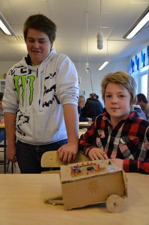 Joakim Danielsson och Linus Karlsson har teknik på schemat. Tillsammans har de tillverkat en husvagn med blinkande lampor.
