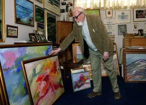 Curt Agge i ateljén i Gimåfors där han målat sedan slutet av 60-talet.