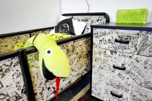 Möbler klädda med serietidningar.