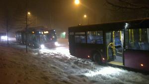 Två bussar i Hovsta centrum. Busstrafiken fick dirigeras om efter att ett större antal bussar fastnat i en brant backe utanför Hovsta. Senare på kvällen ställdes all trafik in.