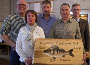 Janne Gabrielsson, Gunilla Zetterström-Bäcke, Uno Svensson, Sune Halvarsson och Victor Eriksson var på plats på fisketinget i Långå. Sune Halvarsson håller diplomet som förstapristagaren i fiskeligan ska få.