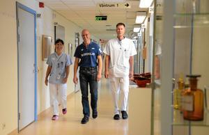 Ska vara mitt i. Göran Thörn tror på chefsskap där han rör sig bland personalen. Här med sköterskan Eva Kindström och läkaren Niklas Sjölander.