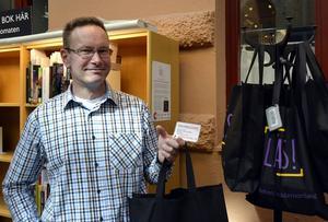 Ulf Johansson visar upp läsecirkelkassarna som finns att låna hem från biblioteken i länet.