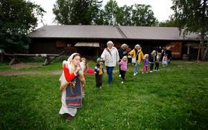 Arkivbild från 2010, barnens vikingadag. Huset som nu brunnit ner syns i bakgrunden.