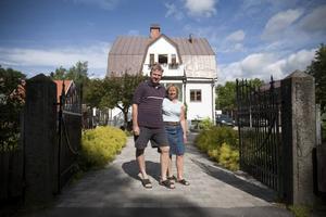 Huset är byggt på 1920-talet, men trädgården är nyare. Inger och Lars Blomberg visar gärna upp resultatet av omgörningen. Bakom den frodiga daggkåpan döljer sig en ligusterhäck på tillväxt.