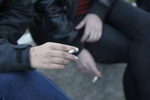 Ljusdalsborna röker och snusar betydligt mer än andra svenskar. Nu får de hjälp att sluta genom vårdens stödgrupp.